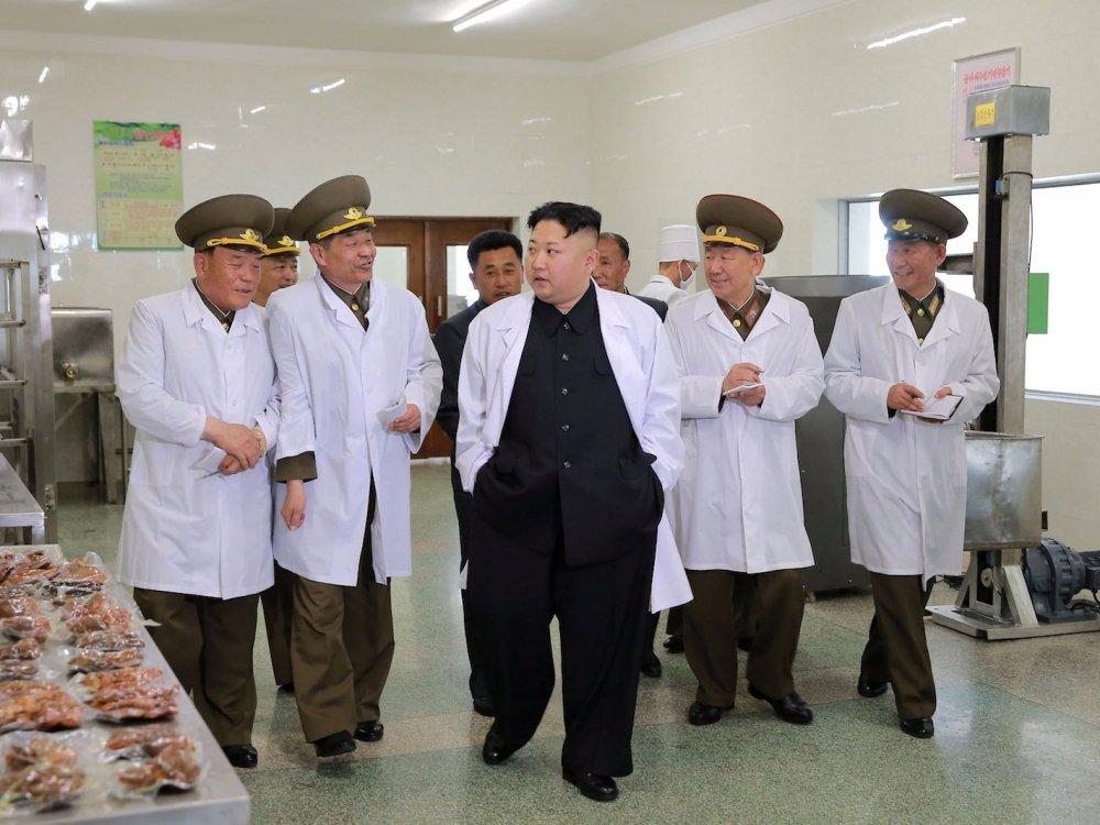 Cuon so tay bi an cac quan chuc thap tung ong Kim Jong-un luon mang theo ben nguoi hinh anh 3