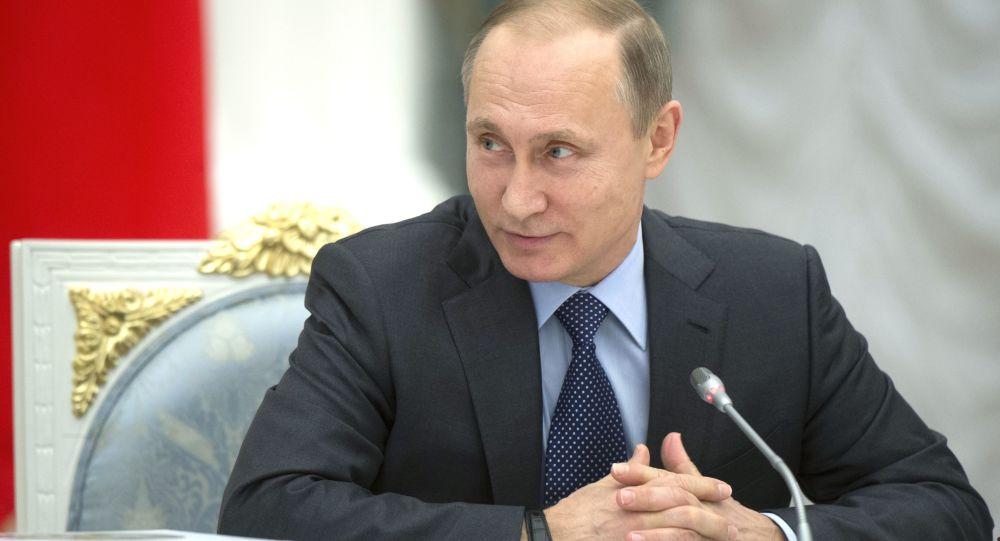 Ong Putin se lam gi khi dung chung phong tam voi nguoi dong tinh trong tau ngam? hinh anh 1