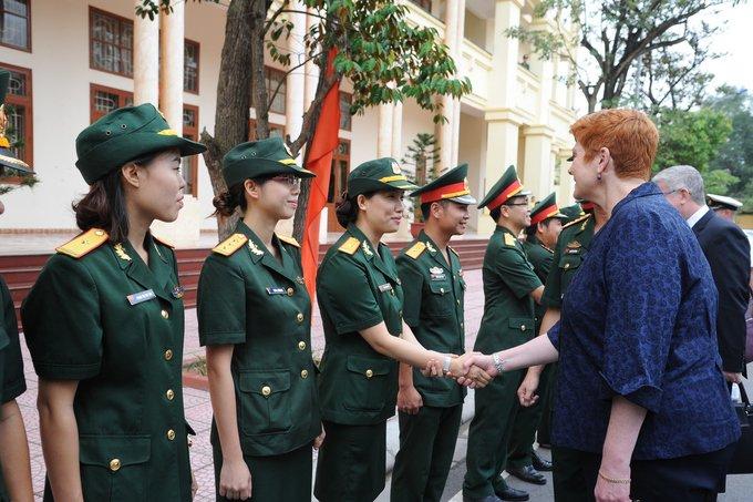 Bo truong Quoc phong Australia than phuc vo thuat cua nu dac cong Viet Nam hinh anh 6