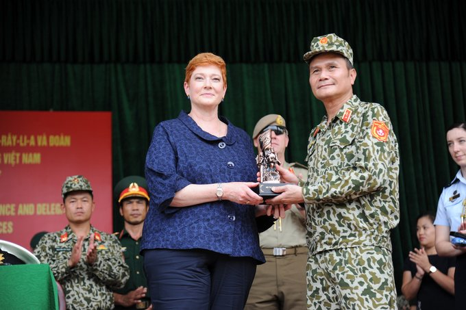 Bo truong Quoc phong Australia than phuc vo thuat cua nu dac cong Viet Nam hinh anh 1