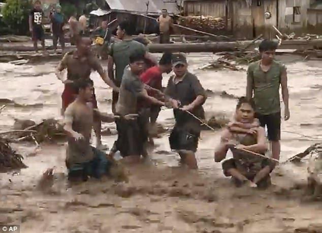 Philippines tan hoang sau bao Tembin: Ca ngoi lang bi xoa so, hon 200 nguoi thiet mang hinh anh 3