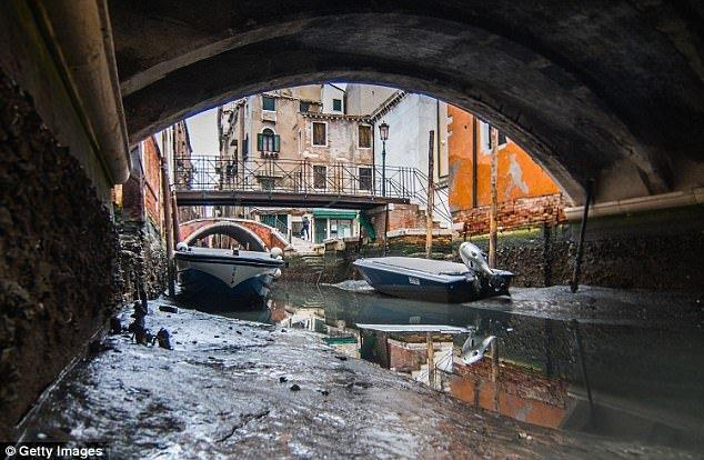 Anh: Hang loat kenh dao o Venice can tro day sau sieu trang hinh anh 2