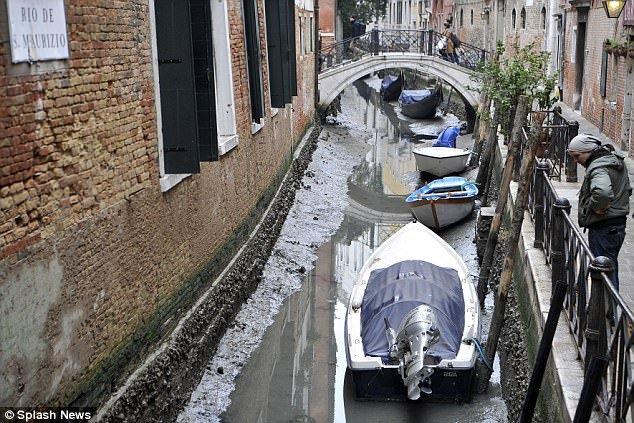 Anh: Hang loat kenh dao o Venice can tro day sau sieu trang hinh anh 4