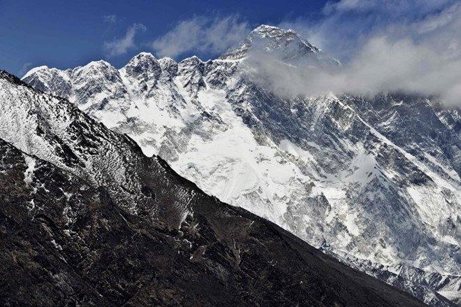 Trung Quoc bi cao buoc thay doi chieu cao dinh Everest de loi keo khach leo nui hinh anh 1