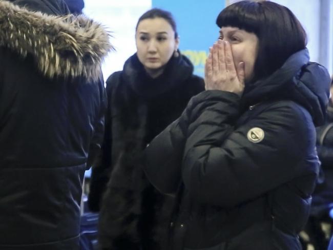 Video: Than nhan khoc ngat, tuyet vong cho tin nguoi nha trong vu roi may bay Nga hinh anh 4