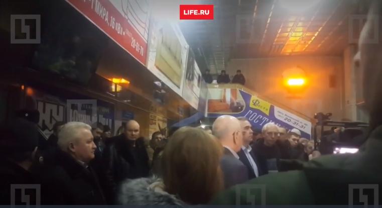 Video: Than nhan khoc ngat, tuyet vong cho tin nguoi nha trong vu roi may bay Nga hinh anh 5