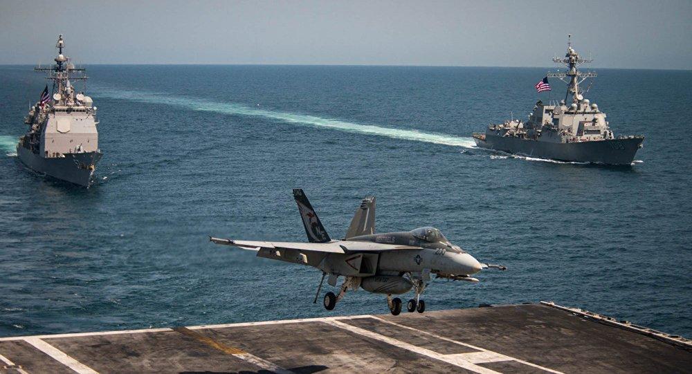 Can canh 2 chien ham My se cung tau san bay USS Carl Vinson den Viet Nam hinh anh 6