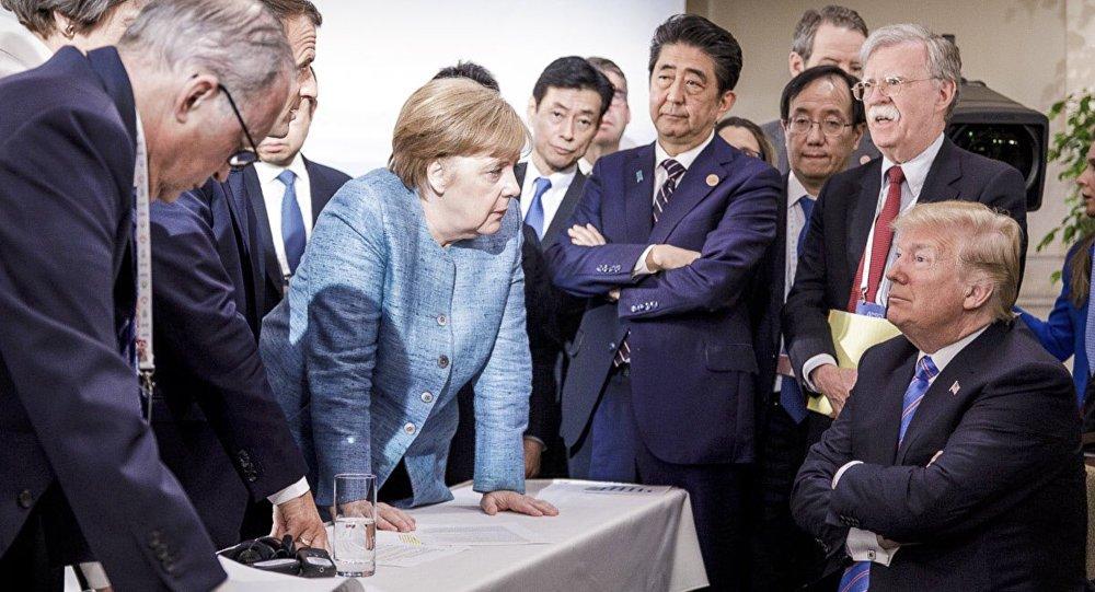 Buc anh Tong thong Trump khoanh tay 'doi dau' voi Thu tuong Merkel gay bao hinh anh 1