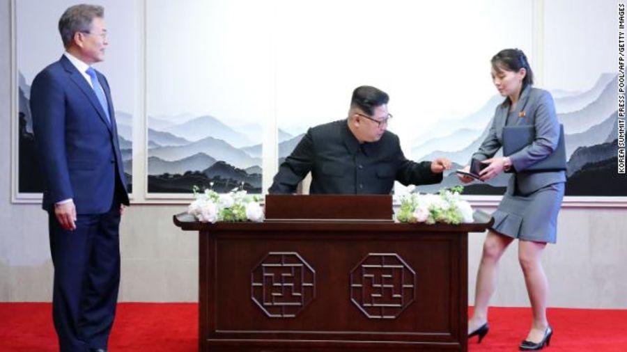 Video: Hanh dong bat thuong cua ong Kim Jong-un khi ky ket thoa thuan voi ong Trump hinh anh 1