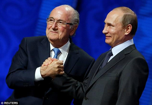 Tong thong Putin di xem bong da cung vi khach dac biet do ong dich than moi toi Nga hinh anh 1