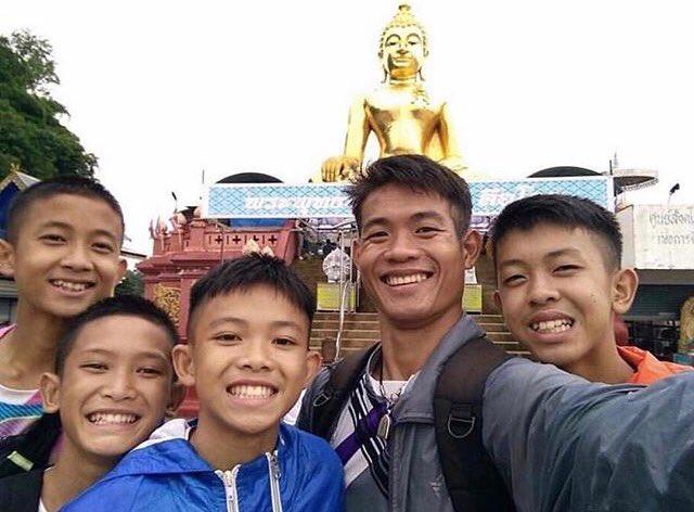 Doi bong Thai Lan mac ket trong hang toi: Huan luyen vien nhuong do an, nhin doi suot 10 ngay hinh anh 1