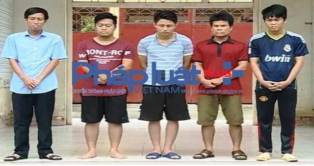 Vinh Phuc: Bat nhom y bac sy dang say sua tren chieu bac ngay benh vien hinh anh 1