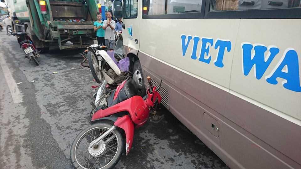 Ha Noi: Xe khach tong hang loat xe may va xe cho rac hinh anh 2
