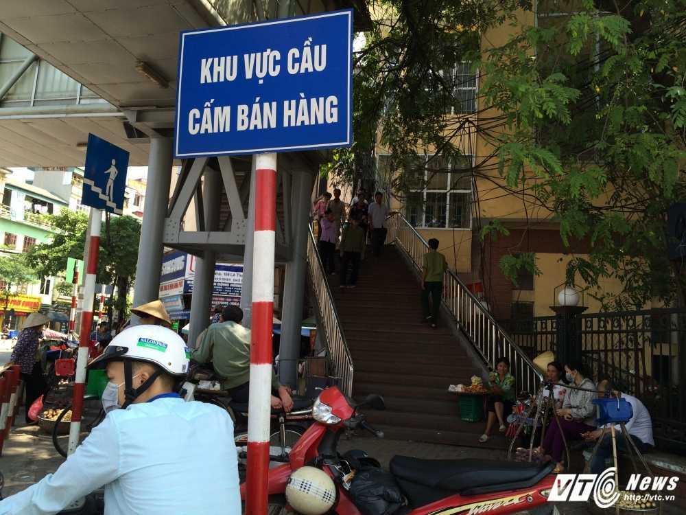 Anh: Hang rong, tra da, vat lieu bien cau di bo o Thu do thanh bai rac ban thiu hinh anh 1