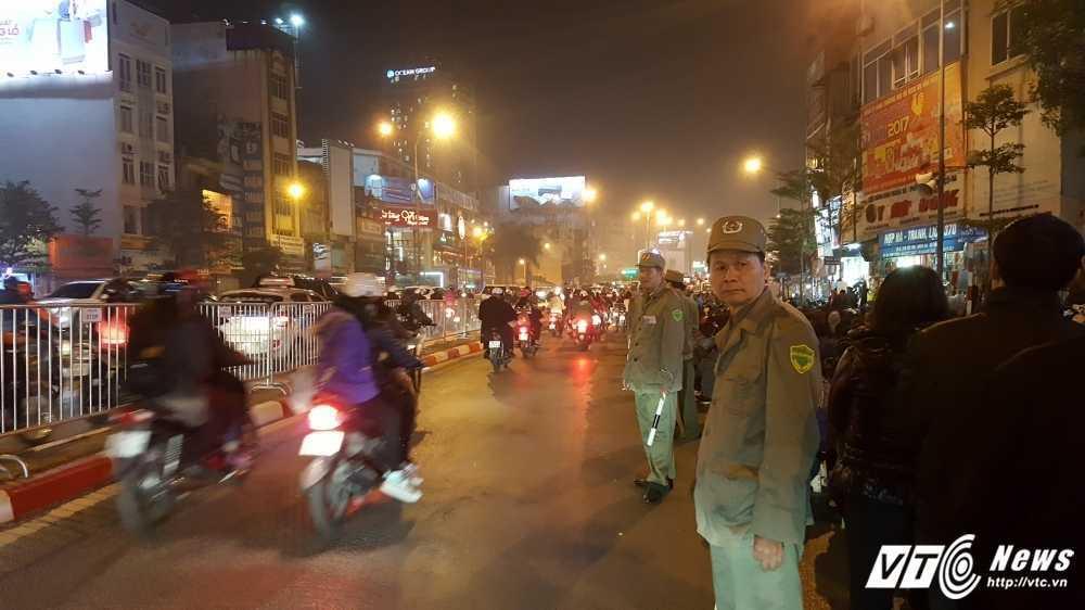 Video: Lap hang rao song chong un tac le giai han o chua Phuc Khanh hinh anh 3