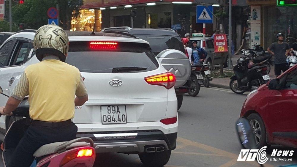 Di vao lan BRT, nguoi tren o to hung hang danh tai xe xe may: CSGT noi gi? hinh anh 1