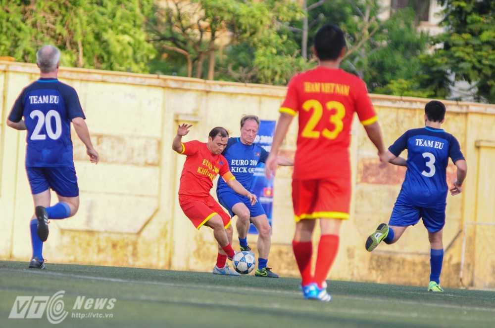 Tran cau nay lua giua Bo Ngoai giao Viet Nam va cac Dai su quan chau Au mung EURO 2016 hinh anh 10