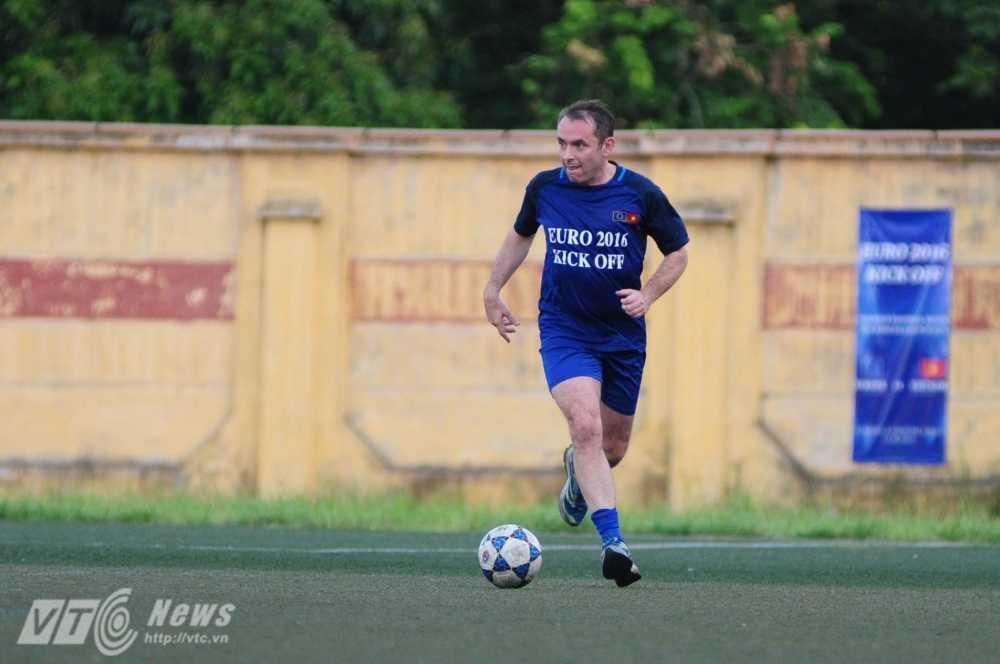 Tran cau nay lua giua Bo Ngoai giao Viet Nam va cac Dai su quan chau Au mung EURO 2016 hinh anh 11