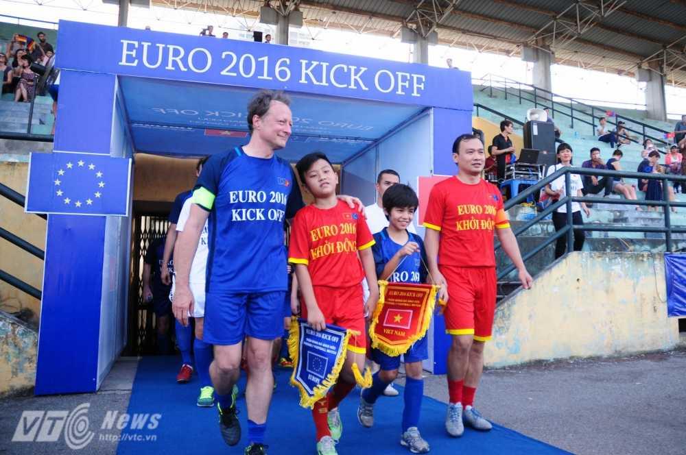 Tran cau nay lua giua Bo Ngoai giao Viet Nam va cac Dai su quan chau Au mung EURO 2016 hinh anh 4