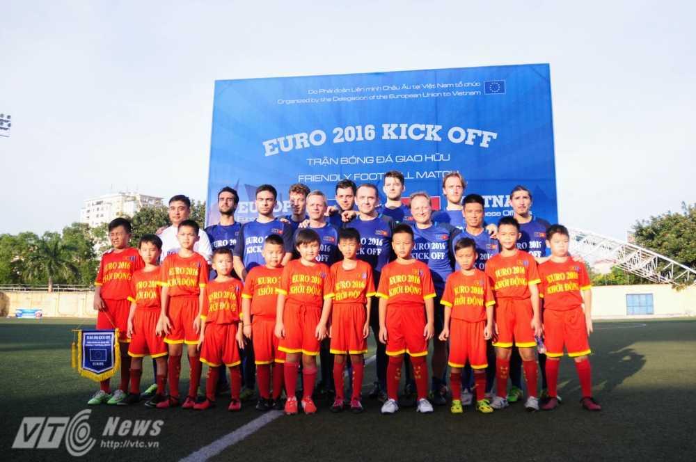 Tran cau nay lua giua Bo Ngoai giao Viet Nam va cac Dai su quan chau Au mung EURO 2016 hinh anh 6