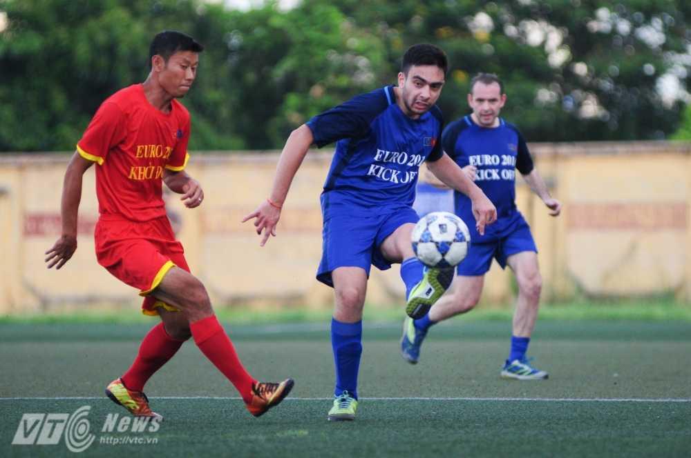 Tran cau nay lua giua Bo Ngoai giao Viet Nam va cac Dai su quan chau Au mung EURO 2016 hinh anh 7
