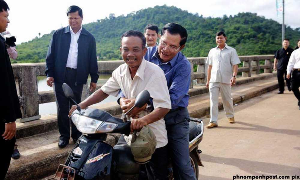 Di xe may khong doi mu bao hiem, Thu tuong Campuchia linh ve phat hinh anh 1