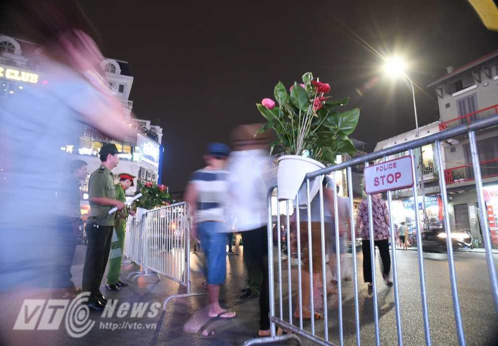 Video, anh: Muon kieu thuong thuc pho di bo quanh Ho Guom cua nguoi Ha Noi hinh anh 1