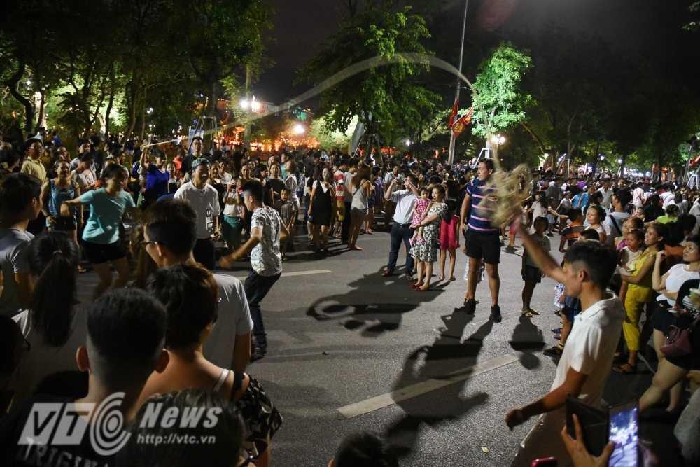 Video, anh: Muon kieu thuong thuc pho di bo quanh Ho Guom cua nguoi Ha Noi hinh anh 15