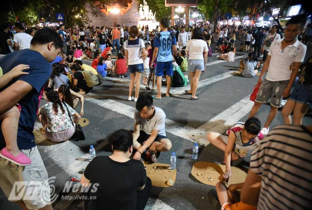 Video, anh: Muon kieu thuong thuc pho di bo quanh Ho Guom cua nguoi Ha Noi hinh anh 17