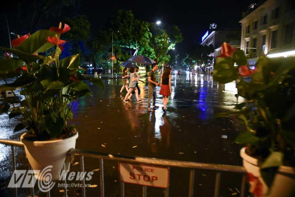 Video, anh: Muon kieu thuong thuc pho di bo quanh Ho Guom cua nguoi Ha Noi hinh anh 18