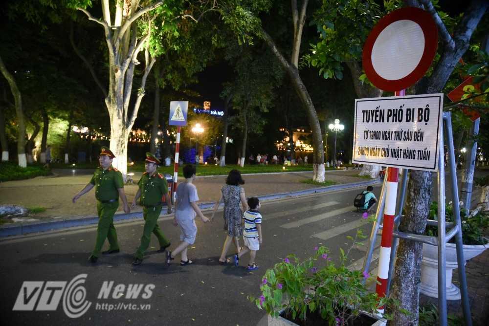 Video, anh: Muon kieu thuong thuc pho di bo quanh Ho Guom cua nguoi Ha Noi hinh anh 3