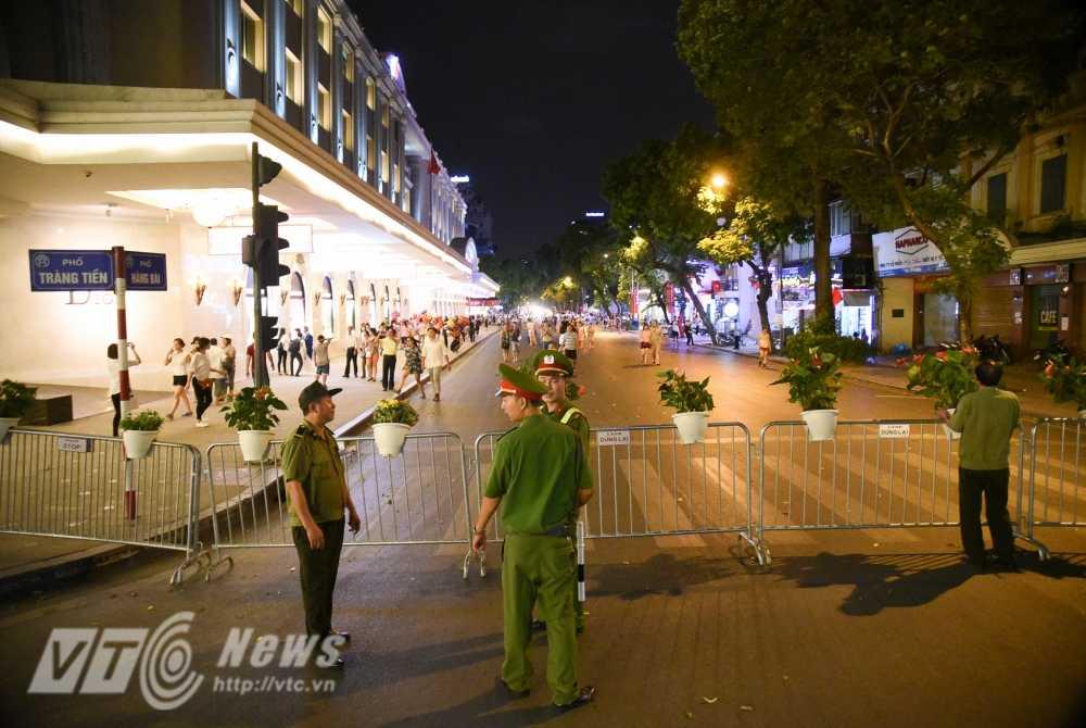 Video, anh: Muon kieu thuong thuc pho di bo quanh Ho Guom cua nguoi Ha Noi hinh anh 4