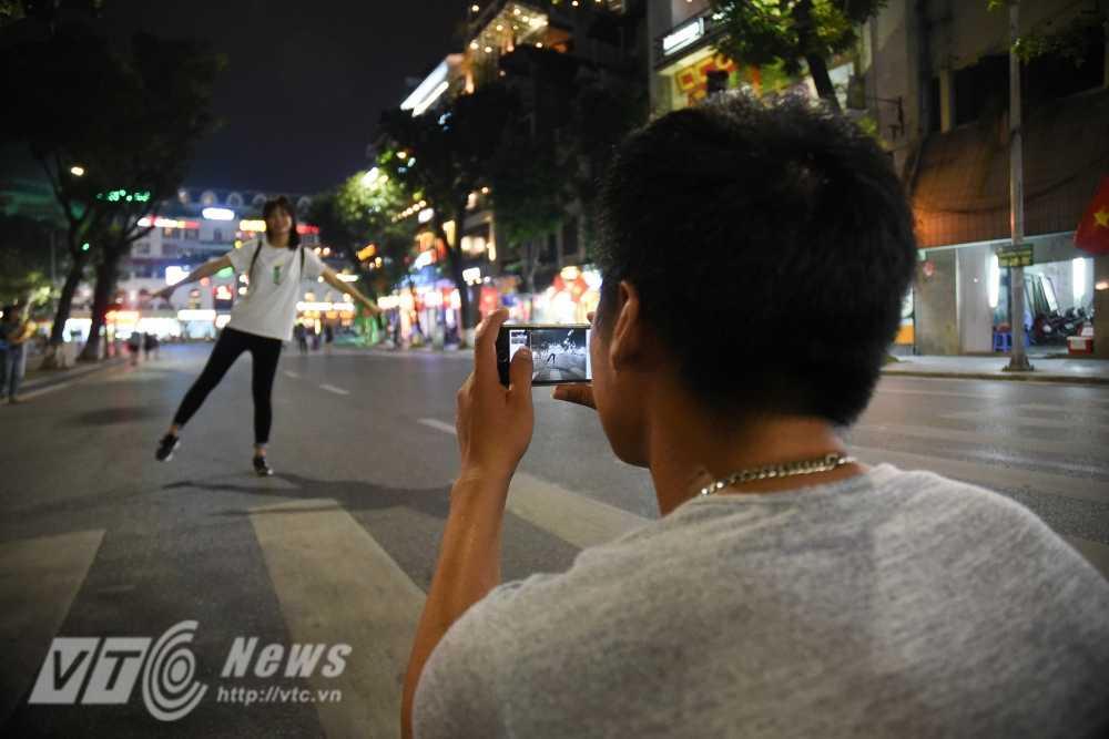 Video, anh: Muon kieu thuong thuc pho di bo quanh Ho Guom cua nguoi Ha Noi hinh anh 6
