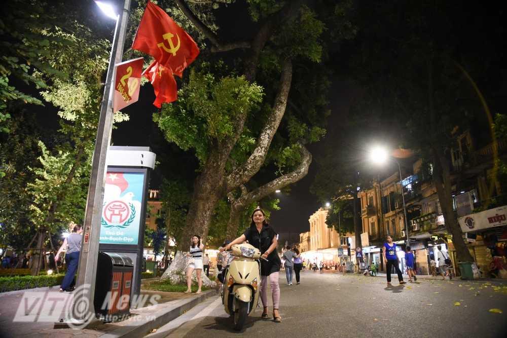 Video, anh: Muon kieu thuong thuc pho di bo quanh Ho Guom cua nguoi Ha Noi hinh anh 11