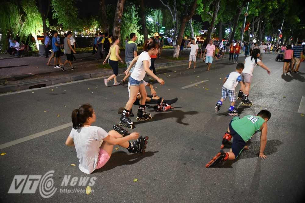 Video, anh: Muon kieu thuong thuc pho di bo quanh Ho Guom cua nguoi Ha Noi hinh anh 16