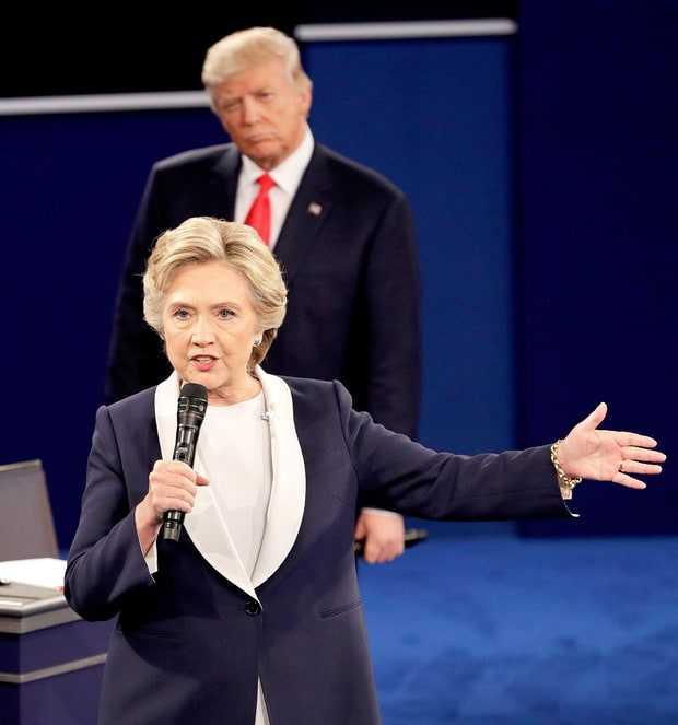 Video: Trump luan quan nhu 'ma doi' sau lung Clinton trong tranh luan bau cu Tong thong My hinh anh 1
