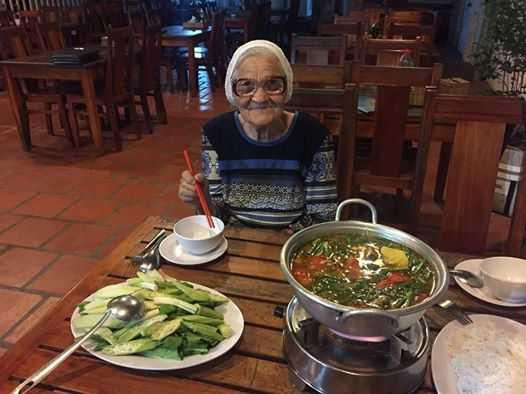 Cu dan mang nga mu kinh phuc cu ba Nga 89 tuoi mot minh du lich Viet Nam hinh anh 3