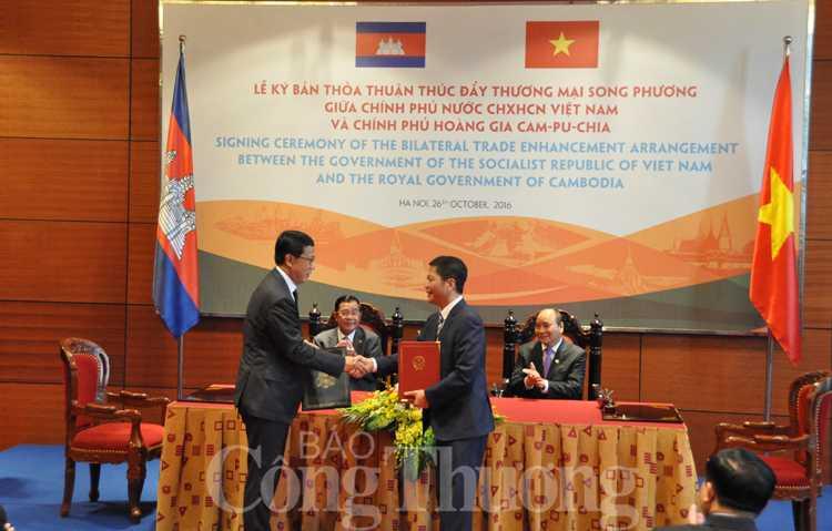 Viet Nam - Campuchia ky thoa thuan thuc day thuong mai song phuong hinh anh 1