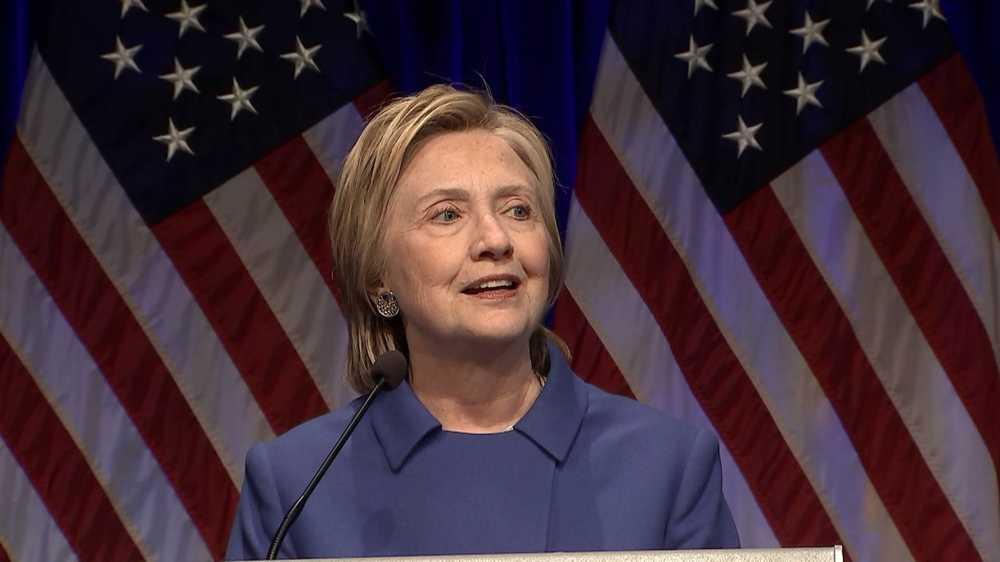 Ba Clinton lan dau xuat hien sau that bai, keu goi nguoi ung ho 'khong bo cuoc' hinh anh 1