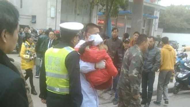 Trung Quoc: Say ruou, cam riu di 'tra thu xa hoi' lam 7 be gai bi thuong hinh anh 1