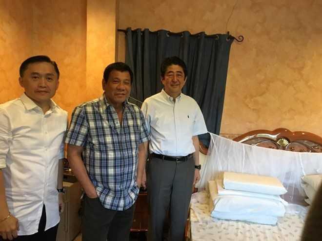 Ong Duterte moi ong Abe an sang, khoe giuong ngu o nha rieng hinh anh 2