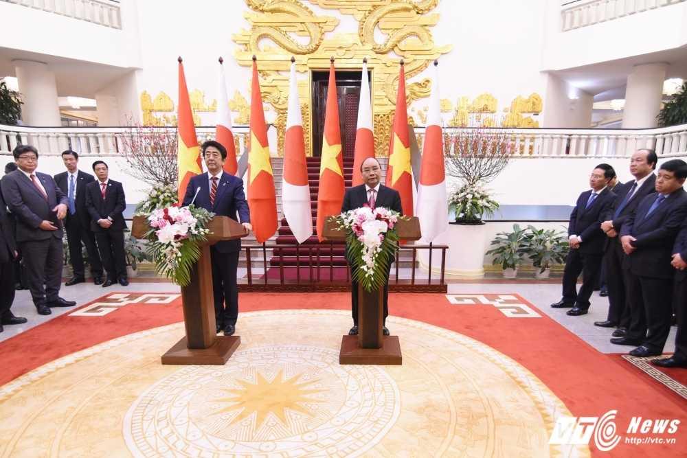 Thu tuong Nhat Ban Shinzo Abe nhac van de Bien Dong trong hop bao tai Ha Noi hinh anh 1