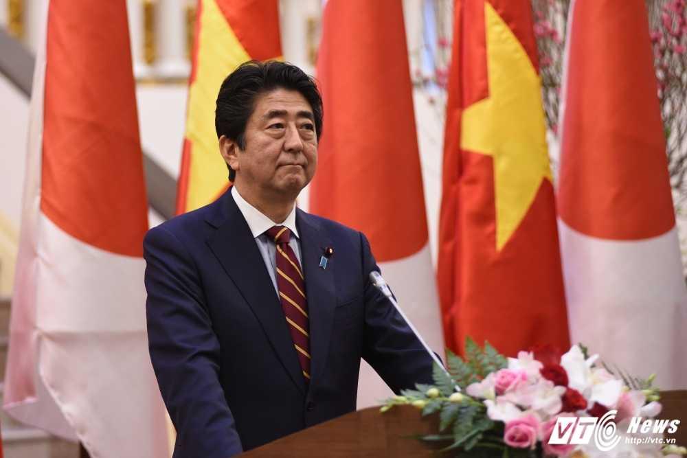 Thu tuong Nhat Ban Shinzo Abe nhac van de Bien Dong trong hop bao tai Ha Noi hinh anh 3