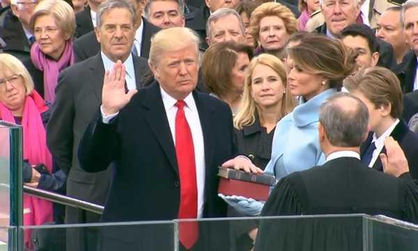 Donald Trump phat bieu trong mua sau khi nham chuc hinh anh 3