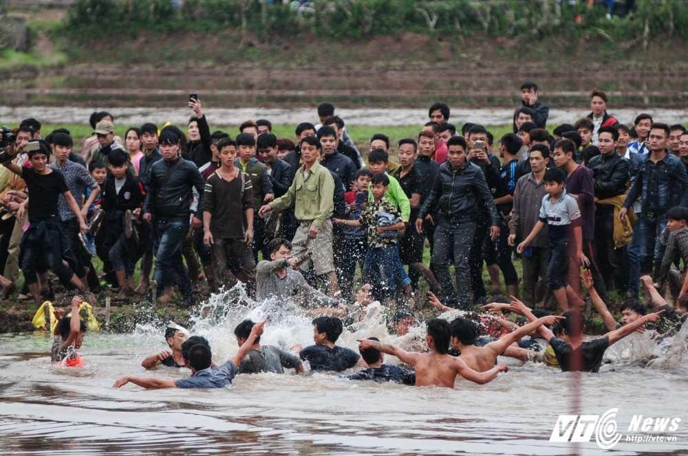 Do mau trong le hoi cuop Phet Hien Quan: 'Bon tre thoi nay an thua qua!' hinh anh 3
