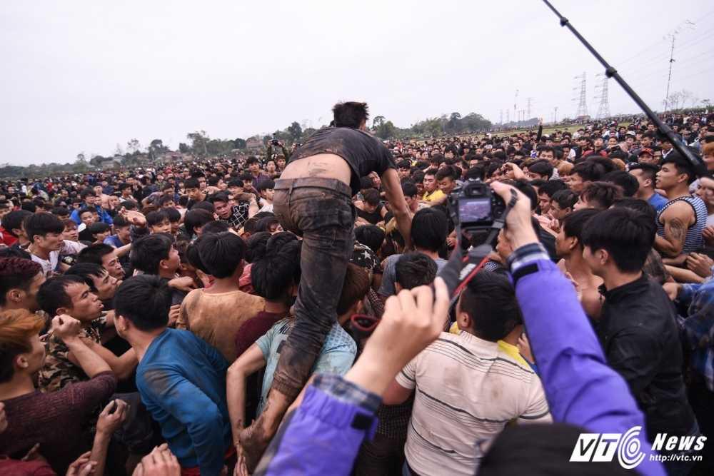 Do mau trong le hoi cuop Phet Hien Quan: 'Bon tre thoi nay an thua qua!' hinh anh 1