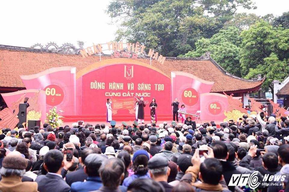 Hang nghin nguoi ve Van Mieu du Ngay tho Viet Nam 2017 hinh anh 1