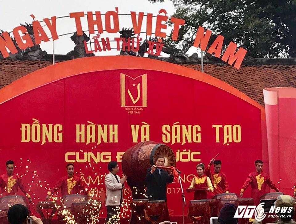 Hang nghin nguoi ve Van Mieu du Ngay tho Viet Nam 2017 hinh anh 3