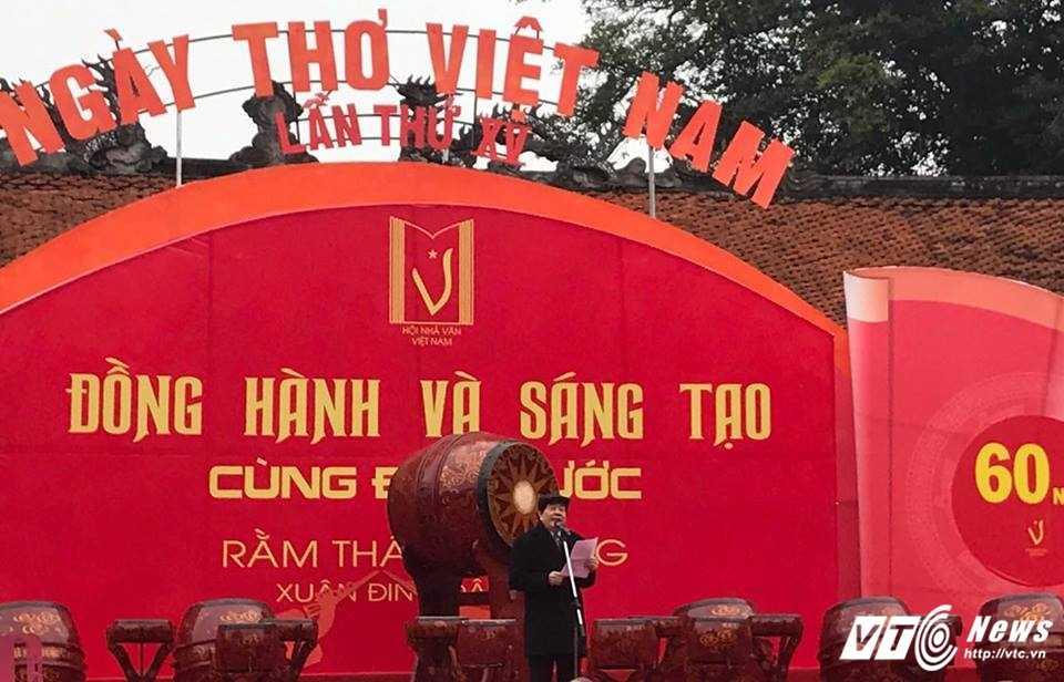 Hang nghin nguoi ve Van Mieu du Ngay tho Viet Nam 2017 hinh anh 4