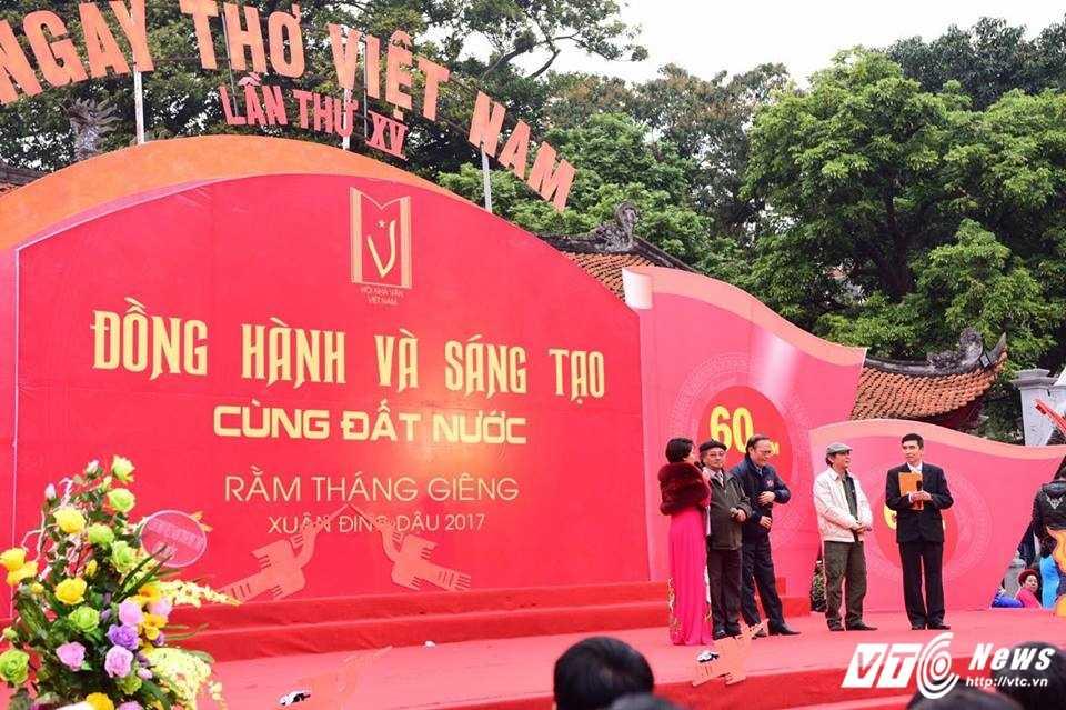 Hang nghin nguoi ve Van Mieu du Ngay tho Viet Nam 2017 hinh anh 5